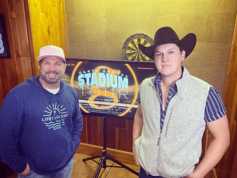 Jon Pardi, Garth Brooks posing for a photo
